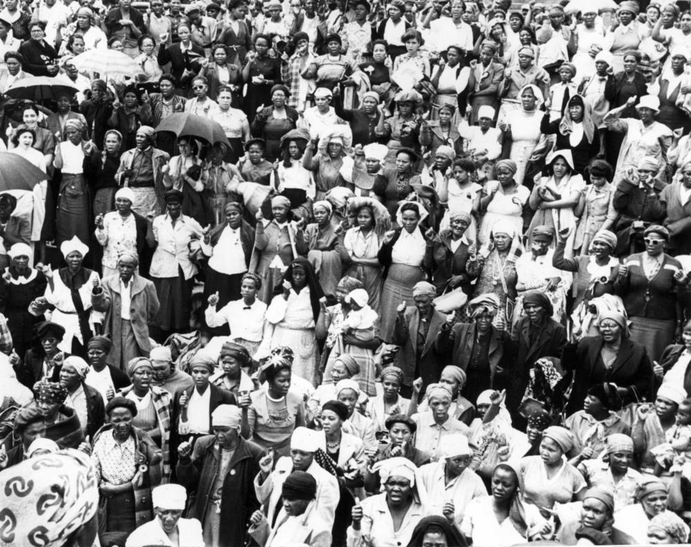 Women sing together:Wathint' abafazi, wathint'imbokodo'!