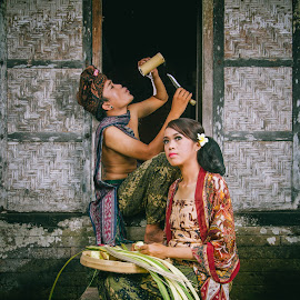 Meniup dan Terpaku by Bayu Adnyana - Wedding Other ( balinese, brige n groom, traditional prewedding, prewedding, wedding, trunyan, balineseprewedding )