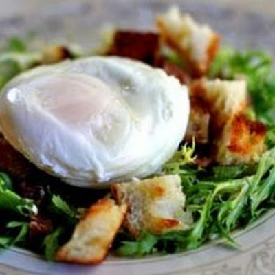 Poached Egg and Bacon Salad – Salad Lyonnaise