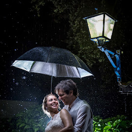 Rainy Day by Valter Antunes - Wedding Bride & Groom ( noivos, wedding, casamento, bride, groom, rain )