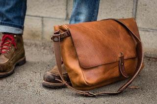 Túi messenger phù hợp với nhiều phong cách thời trang