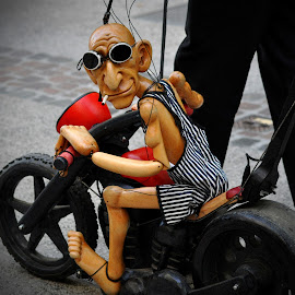Rider Mo by Marco Bertamé - Artistic Objects Toys ( streeta(rt)nimation, wood, rider mo, street animation, puppet, string, street art, motorcycle, altrego puppentheater, sunglasses, luxembourg )