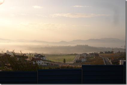 Amanecer entre la niebla
