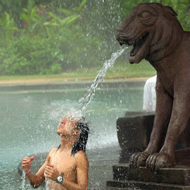 Gargoyle Shower by Loo Sum Sing - People Street & Candids