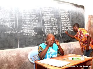 Comptage des bulletins pour des candidats dans un bureau de vote le 28/11/2011 à Kinshasa. Radio Okapi/ Ph. John Bompengo