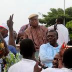 Casquette à la tête, Etienne Tshisekedi, candidat de l'UDPS à la présidentielle de 2011 en RDC, au dessus d'une jeep décapotable entouré de ses partisans  le 26/11/2011 devant l'aéroport international de N'djili à Kinshasa. Radio okapi/ Ph. John Bompengo