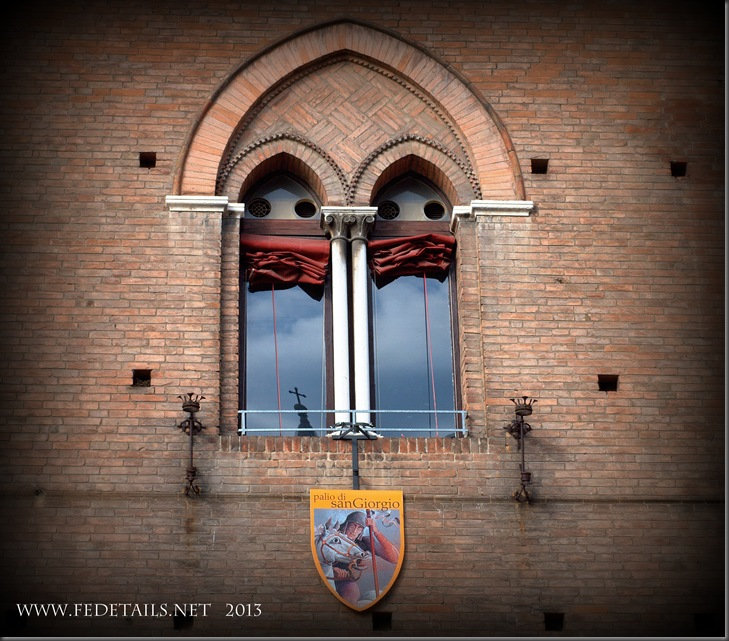 Finestra Palazzo Municipale, Ferrara, Emilia Romagna, Italia - Town Hall window, Ferrara, Emilia Romagna, Italy - Property and Copyrights of FEdetails.net