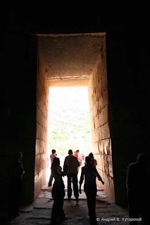 проход в подземный купол гробницы агамемнона или сокровищницы атрея