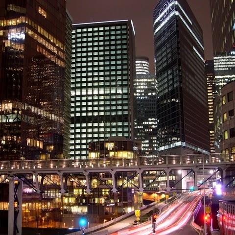 Energie et developpement - éclairage nocturne dans le quartier d'affaires de la Défense à Paris