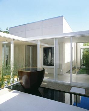 Decoracion-minimalista-con-agua-y-piedras-naturales