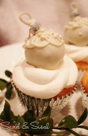 Christmas ornament cupcake -white