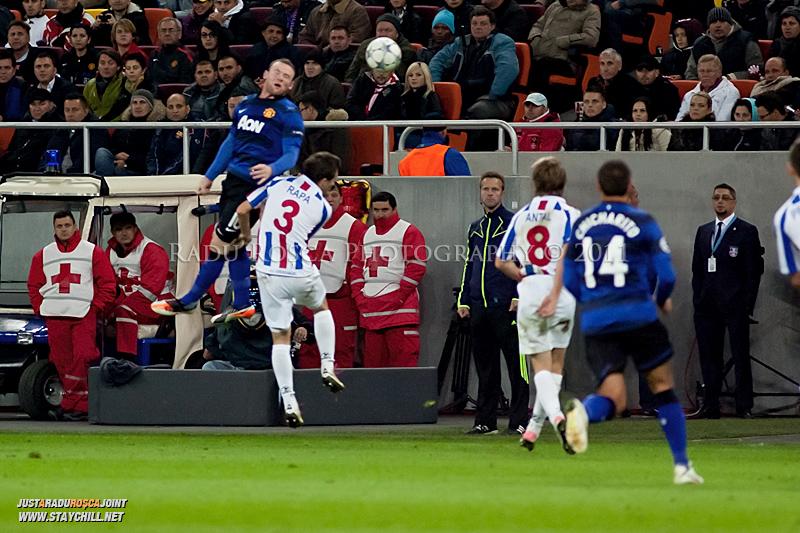 Wayne Rooney loveste balonul cu capul de langa Cornel Rapa (3) in timpul meciului dintre FC Otelul Galati si Manchester United din cadrul UEFA Champions League disputat marti, 18 octombrie 2011 pe Arena Nationala din Bucuresti.