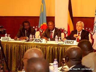 En arrière plan, les représentants de l'Ouganda, RDC, HCR ce 28/07/2011 à Kinshasa, lors de  la deuxième réunion tripartite. Radio Okapi/ Ph. John Bompengo