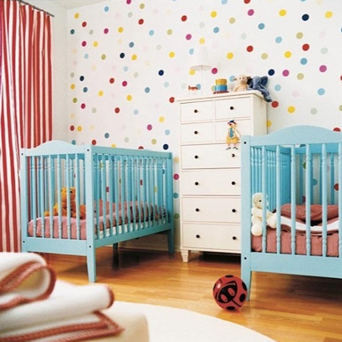 Bolinhas coloridas em quarto de bebê
