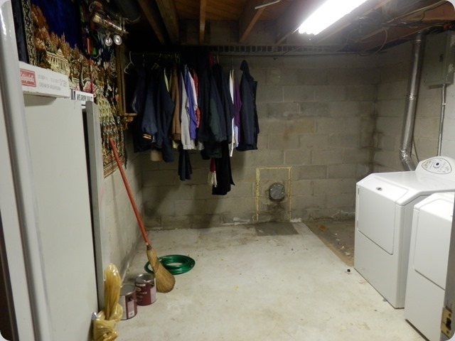 Looking into the Laundry Room. UGLY!!!