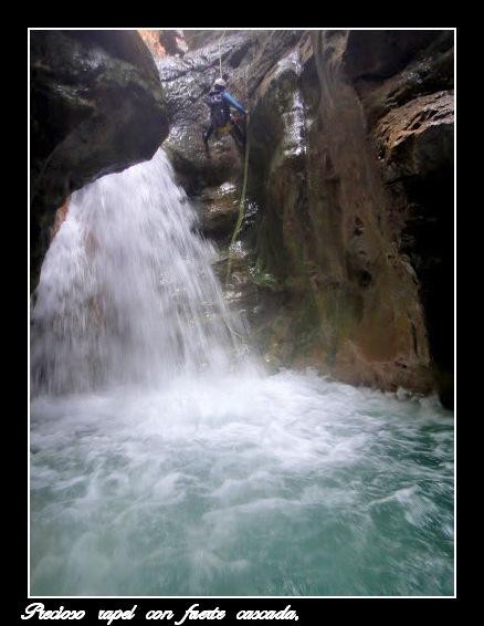 Precioso rapel con fuerte cascada.
