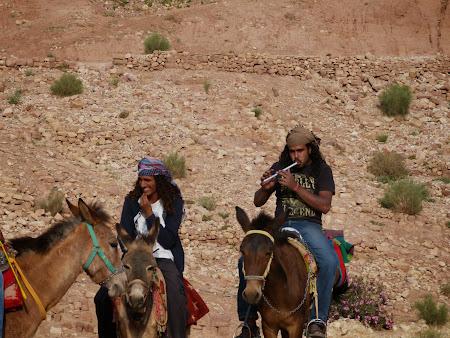 Obiective turistice Petra: Beduini cantand la fluier