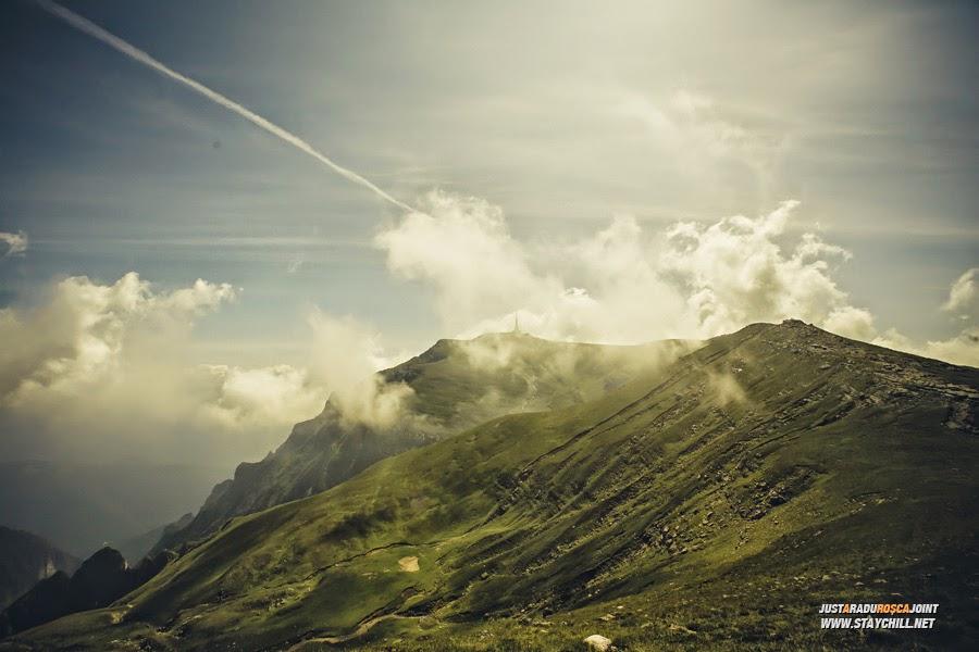 Locurile pe care le-am părăsit de dimineață încep să se piardă în nori