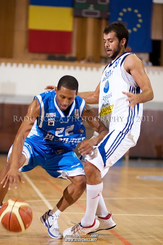 JuJuan Cooley (albastru) incearca sa treaca de Aleksandar Vlahovic, in meciul dintre CSU Asesoft Ploiesti si BC Mures Tirgu Mures din cadrul turneului amical Mures Cup, disputat joi, 8 septembrie 2011 in Sala Sporturilor din Tirgu Mures