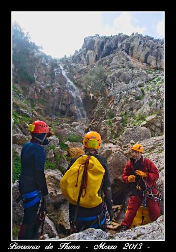 Preparando el rapel 4. Al fondo la gran cascada.