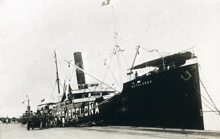 El vapor SOTOLONGO en Barcelona con las marcas de neutralidad bien visibles. Foto del libro LA COMPAÑÍA GENERAL DE TABACOS DE FILIPINAS. 1.881-1.981.JPG