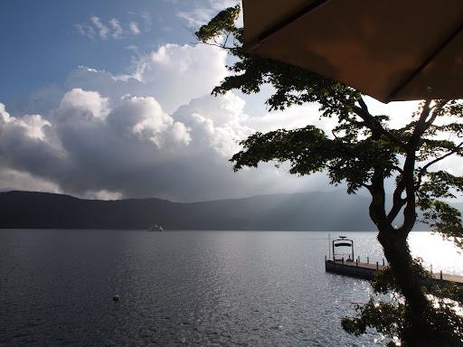 [写真]山の上ホテルのカフェのテラスから芦ノ湖を望む