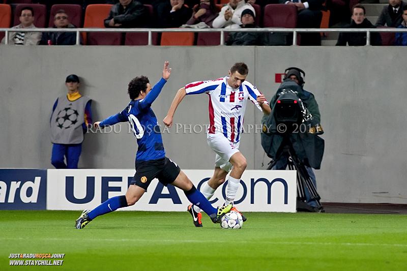 Ioan Filip incearca sa-l dribleze pe Fabio (20) in timpul meciului dintre FC Otelul Galati si Manchester United din cadrul UEFA Champions League disputat marti, 18 octombrie 2011 pe Arena Nationala din Bucuresti.