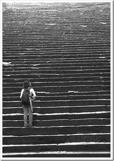 Escada(Homem subindo escada em preto e branco