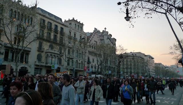 #29MVagaGeneral / Milers de persones es manifesten pacíficament a Passeig de Gràcia però pateixen les corredisses