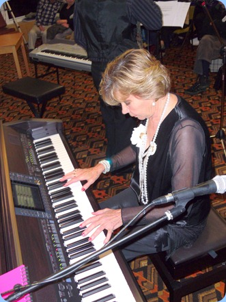 Carole Littlejohn keeping the music flowing - great piano playing with lots of attitude!
