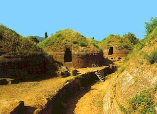 купола приемников инфразвука и развалины древнего города этрусков вблизи Черветери,   Италия