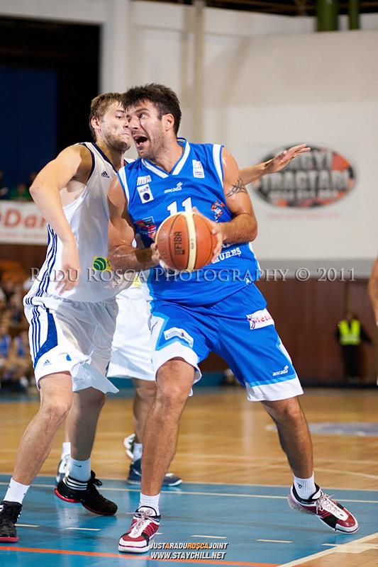 Virgil Stanescu (albastru) incearca sa treaca de Drasko Albijanic, in meciul dintre CSU Asesoft Ploiesti si BC Mures Tirgu Mures din cadrul turneului amical Mures Cup, disputat joi, 8 septembrie 2011 in Sala Sporturilor din Tirgu Mures