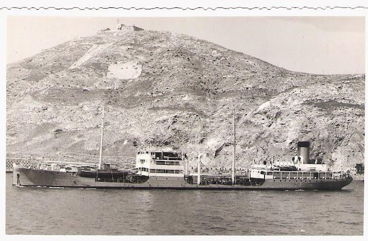 Interesantisima foto del PLUTON saliendo de Cartagena, todavia con un esquema de pintura inedito. Seguramente hacia 1935. Foto Jaume Cifre Sanchez. Nuestro agradecimiento.jpg