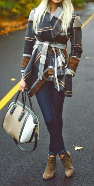 Casaco plaid com cinto e jeans