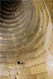 подземный купол приемника инфразвука состоит из набора   каменных колец разных диаметров