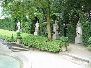 Sculptures en marbre blanc de Carrare dans le Square du Petit Sablon à Bruxelles