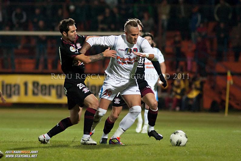 Danijel Subotic de la FCM se dueleaza cu Stefan Grigorie si Ciprian Deac de la Rapid in timpul meciului dintre FCM Tirgu Mures si FC Rapid Bucuresti din cadrul etapei a XIII-a a Ligii Profesioniste de Fotbal, disputat luni, 7 noiembrie 2011, pe stadionul Transil din Tirgu Mures.