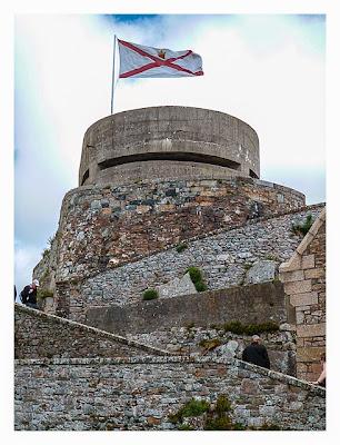 Jersey - Elizabeth Castle - Beobachtungsturm mit Fahne von Jersey