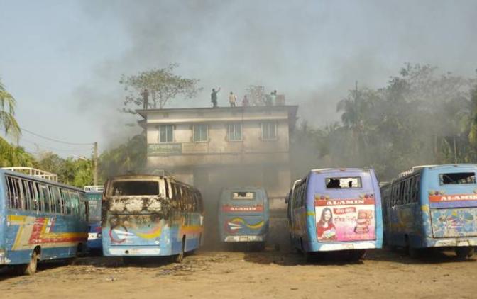 নোয়াখালীতে হিন্দু মন্দির ও বাড়িঘরে জামায়াতে ইসলামের আক্রমণ আগুন লুটপাট ধ্বংস