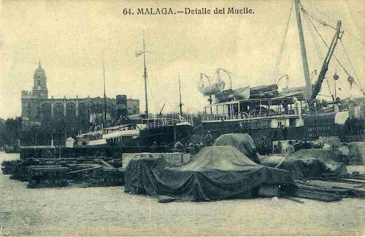 El MONTEVIDEO en Málaga. Medios de descarga de las bodegas de popa. Se aprecian las clásicas portas en los costados. Postal.jpg