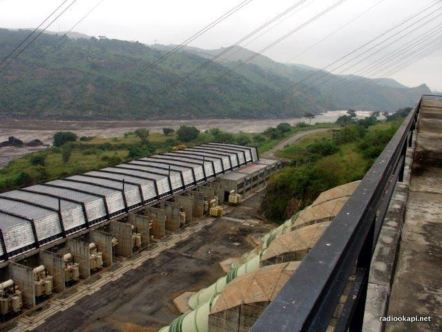 Vue sur la centrale Inga 2 depuis le haut du barrage, les conduites à droite, les transformateurs à gauche (SNEL), 2005.
