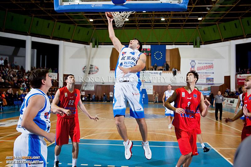 Virgil Stanescu de la BC Mures (4) incearca sa inscrie doua puncte in meciul din etapa a 5-a de baschet masculin dintre BC Mures si CSM Oradea disputat in Sala Sporturilor din Targu Mures, sambata 29 octombrie 2011.