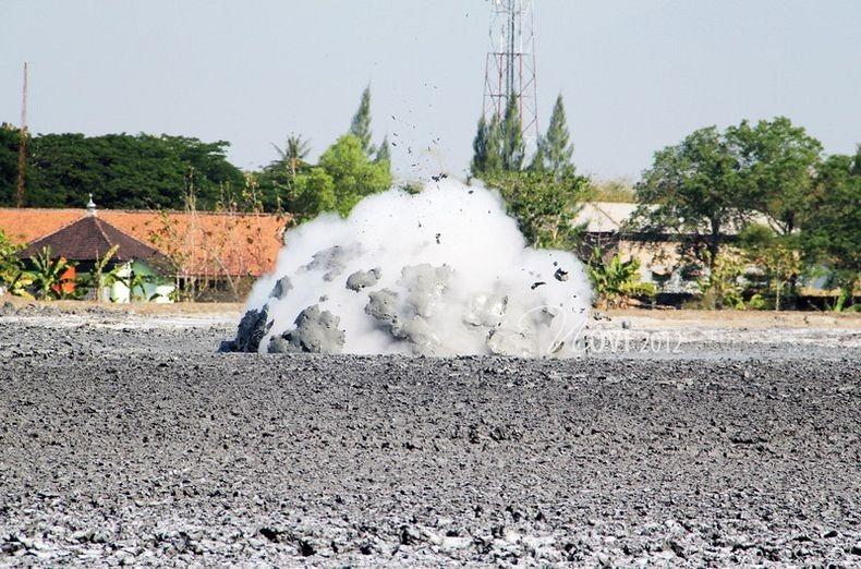 البراكين الطينية ظاهرة غريبة تجذب الاف السياح اليها bleduk-kuwu-4%5B2%