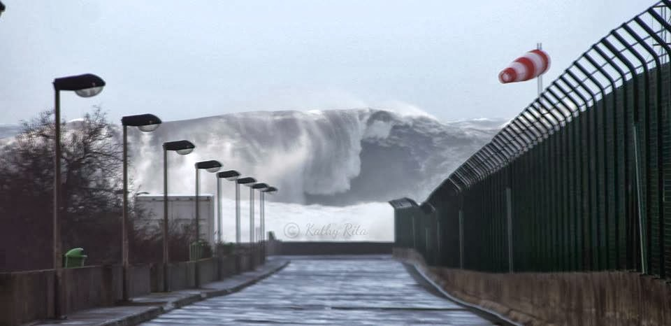 Hercules storm hits Portugal. Surfers from all over the world will try to break records this week (sorry for poor quality) [960 × 466]