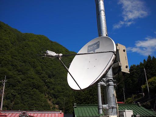 [写真]奈良田にある大きめのパラボラ。携帯用か?