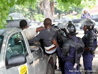 La police interpelle des partisans de l'UDPS le 12/12/2011 à Kinshasa-Limete. Radio Okapi/ Ph. John Bompengo