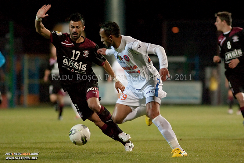 Didi de la FCM si Valentin Cretu de la Rapid se dueleaza in timpul meciului dintre FCM Tirgu Mures si FC Rapid Bucuresti din cadrul etapei a XIII-a a Ligii Profesioniste de Fotbal, disputat luni, 7 noiembrie 2011, pe stadionul Transil din Tirgu Mures.
