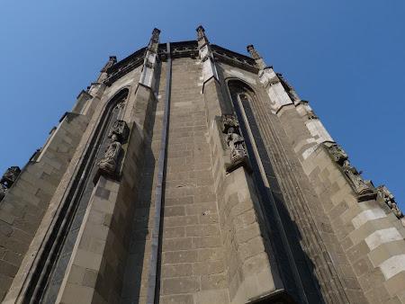Biserici Romania: statui Biserica Neagra