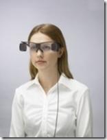 Mulher usando óculos para cinemas da Sony