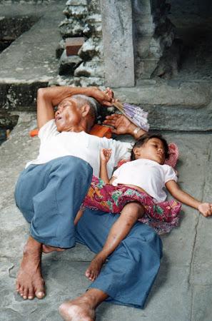 In templul de la Angkor Wat cambogieni dormind